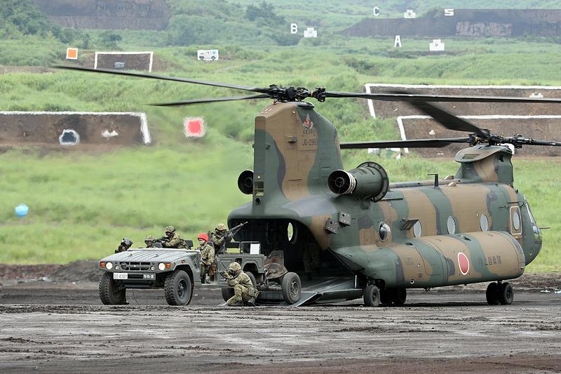 高機動車を搭載したCH-47JA