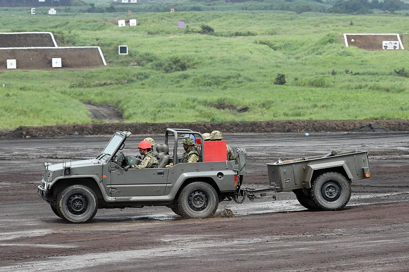 73式小型トラックは81mm迫撃砲 L16をカーゴに積載