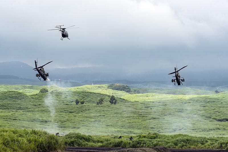 観測ヘリコプターOH-6Dを従えて飛ぶAH-1S