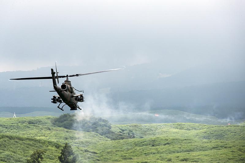 上陸部隊を乗せて飛ぶUH-60JA。ブラックホークの愛称で映画などでもお馴染みの機体