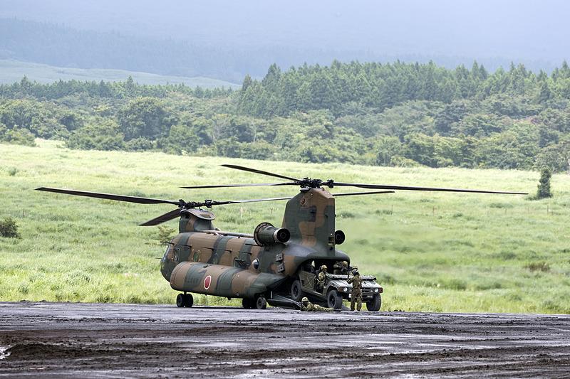 輸送ヘリコプターCH-47Jからはラペリングで降下