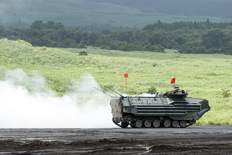 煙幕を張る水陸両用車