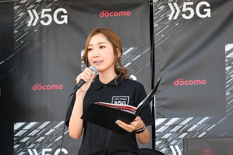 NTTドコモブースで5Gなどについて解説するMCの水村リアさん。じゃんけんによるプレゼント大会なども行なっていた