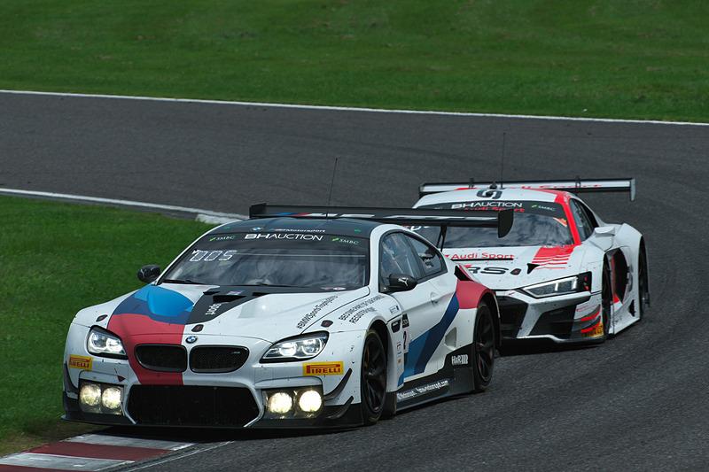 42号車 BMW M6 GT3(BMW Team Schnitzer、アウグスト・ファーファス/マーティン・トムチュク/ニコラス・イェロリー組)と125号車 Audi R8 LMS GT3 Evo(Audi Sport Team Absolute Racing、マーカス・ウィンケルホック/クリストファー・ミース/クリストファー・ハース組)
