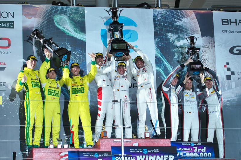 表彰台。優勝した25号車 Audi R8 LMS GT3 Evo(Audi Sport Team WRT、ケルビン・ファン・デル・リンデ/ドリス・バンスール/フレデリック・ヴェルヴィッシュ組)、2位は999号車 Mercedes-AMG GT3(Mercedes-AMG Team GruppeM Racing、マロ・エンゲル/ラファエル・マルセロ/マキシミリアン・ブーク組)、3位は912号車 Porsche 911 GT3 R(Absolute Racing、デニス・オルセン/マット・キャンベル/ダーク・ヴェルナー組)