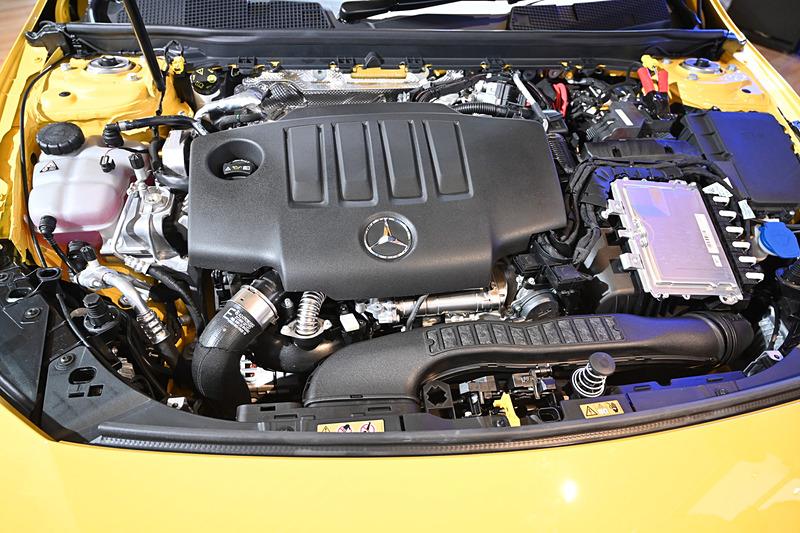 CLA 200 dが搭載する直列4気筒 2.0リッタークリーンディーゼルターボ「OM654q」型エンジン。最高出力110kW(150PS)/3400-4400rpm、最大トルク320Nm/1400-3200rpmを発生。トランスミッションには新開発の8速DCTを採用