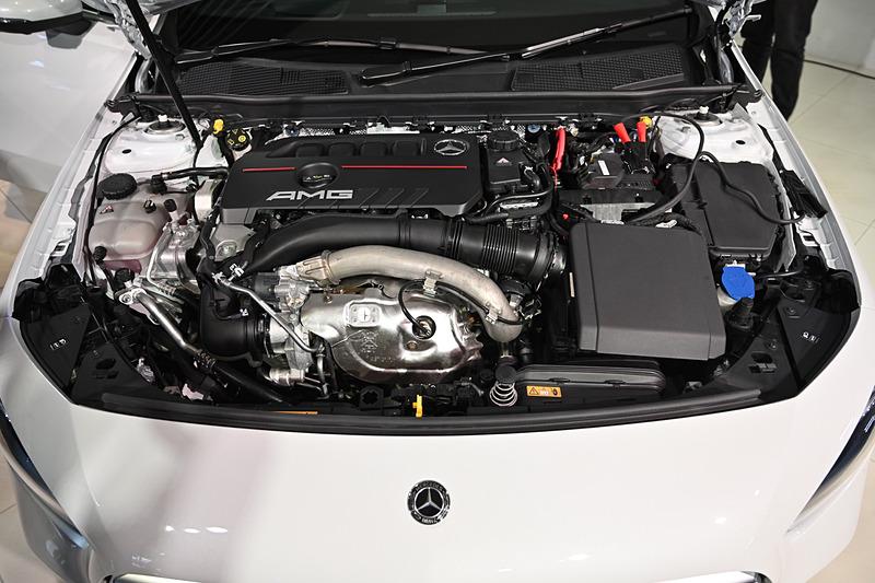 最高出力225kW(306PS)/5800rpm、最大トルク400Nm/3000-4000rpmを発生する直列4気筒 2.0リッター直噴ターボ「M260」型エンジンを搭載。トランスミッションは「AMGスピードシフトDCT」の7速DCTを採用