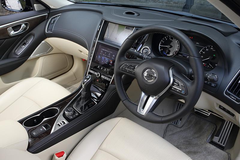 インテリアではハイブリッドモデルにプロパイロット 2.0で必要なプロパイロットスイッチやドライバーモニター、カラーヘッドアップディスプレイ、7インチアドバンスドドライブアシストディスプレイ、電動パーキングブレーキ(ターボモデルは足踏み式)などを装着