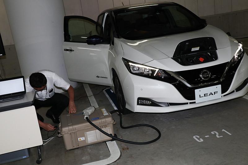 最初にパワームーバーに付属するケーブルがリーフ車内のアクセサリーソケットに接続され、システムの起動に必要な電力をパワームーバーに供給