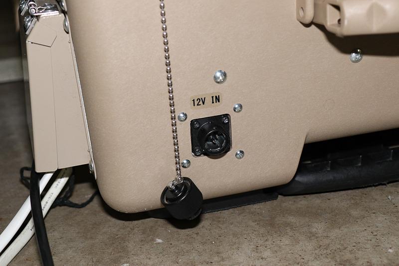 起動用に利用されるケーブルの端子は独特の形状。パワームーバーは屋外での利用も想定しており、端子類には防水用のカバーが備え付けられている