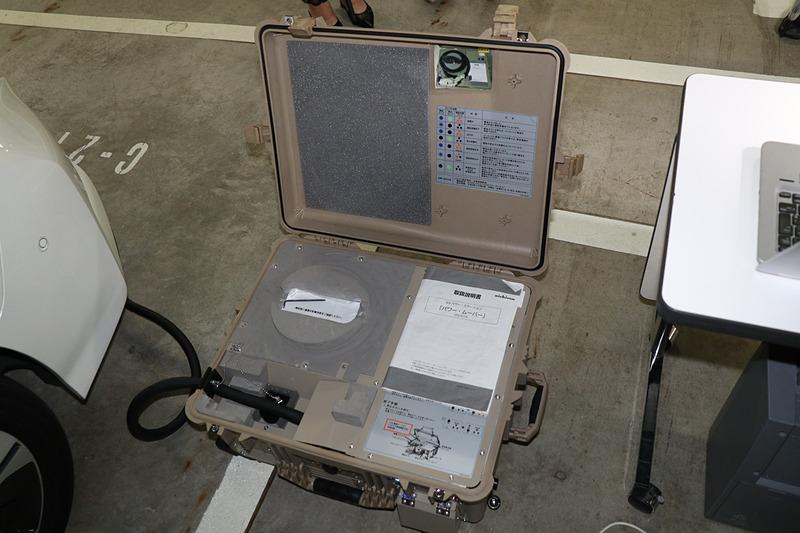 パワームーバーは旅行用のキャリーバッグと同じような構造となっており、内部に付属品のケーブルなどを収納可能