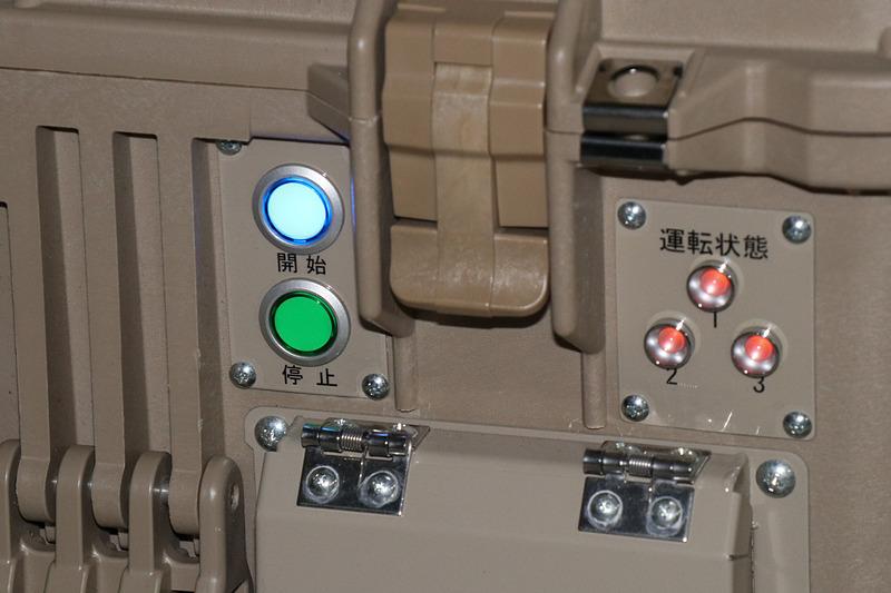 起動は側面に用意されたボタンを押して行なう