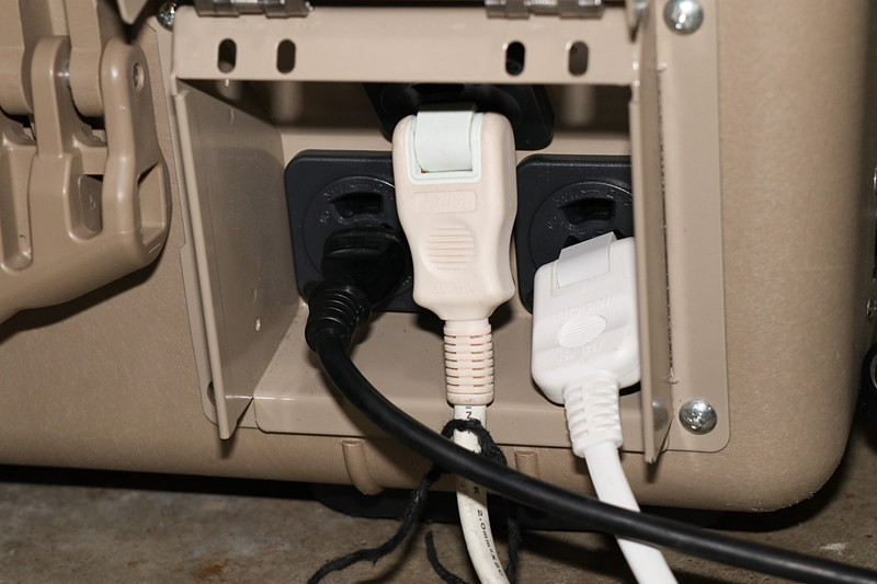 パワームーバー側面にある1.5kWh AC100Vのコンセント3個から給電。デモではテーブルタップを使って多彩な機器に電源供給していた