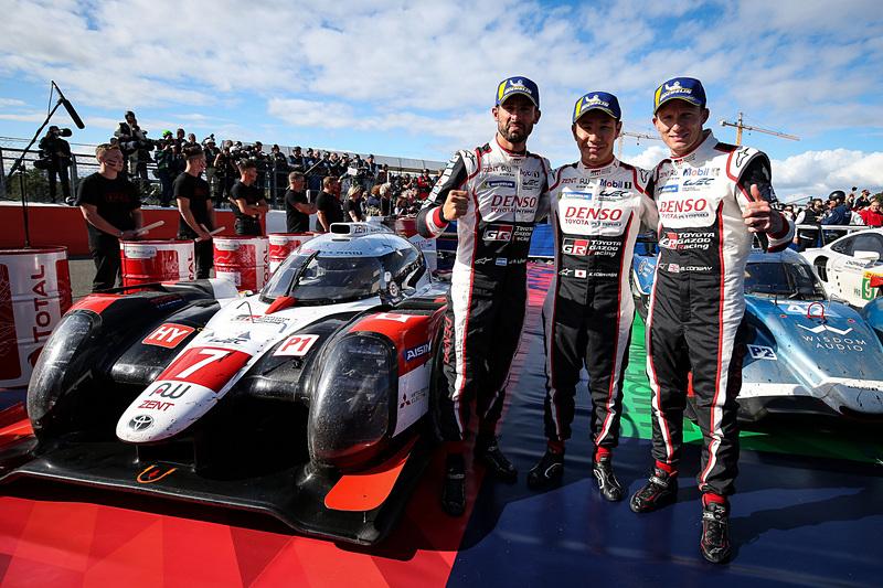 2019-2020年シーズンのWEC開幕戦 シルバーストーン4時間レースで優勝した7号車のホセ・マリア・ロペス選手(左)、小林可夢偉選手(中央)、マイク・コンウェイ選手(右)