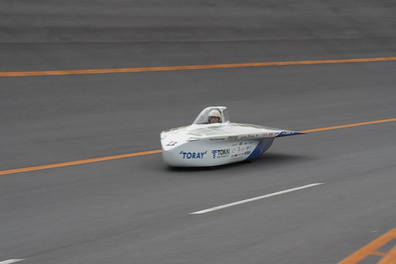 高速周回路でバンクを走行中。速度によってさらに上のレーンを走ることもあった