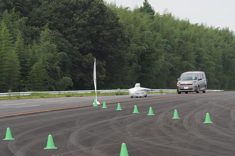 搬送車を従えて高速周回路からコースアウト