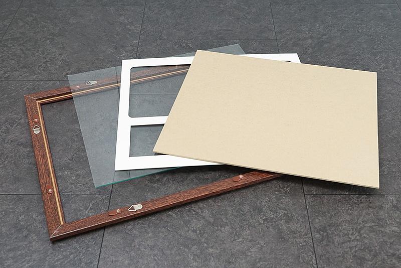 セット内容。額縁のほかに、ナンバープレートと写真を額装するための厚紙が付く