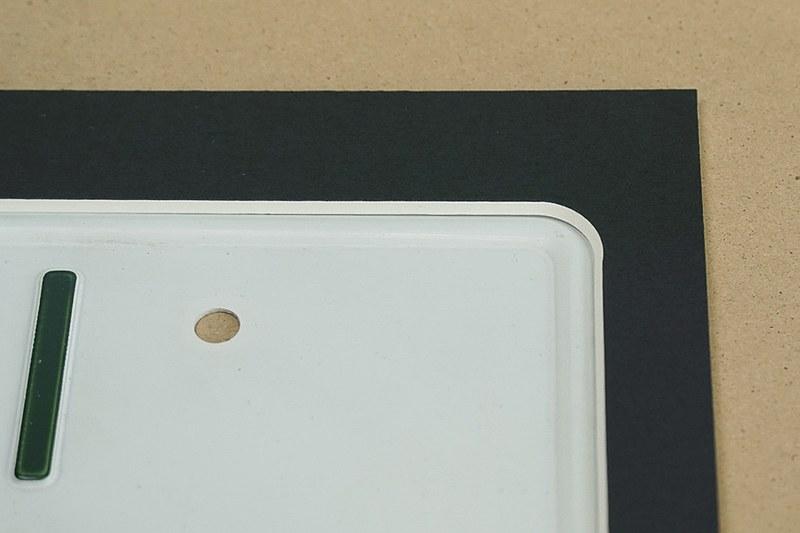 厚紙はナンバープレートの凸部分に収まるようになっている