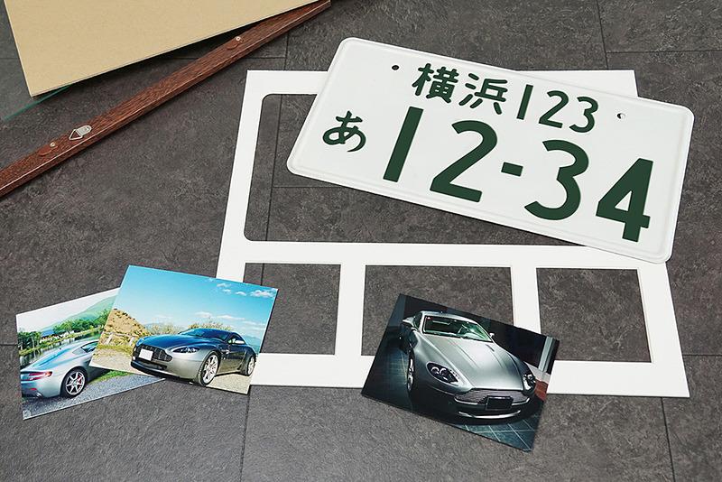 ナンバープレートと一緒に写真や車両の情報などが飾れる