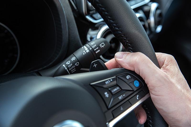 新型ジュークのインテリア。トランスミッションはグレードによって6速MT、または7速DCTを採用。7速DCTはパドルシフトを備える