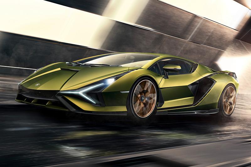 V型12気筒エンジンとeモーター、スーパーキャパシタといったハイブリッドソリューションにより、システム出力602kW(819HP)を発生。0-100km/h加速2.8秒以内、最高速350km/hを達成する