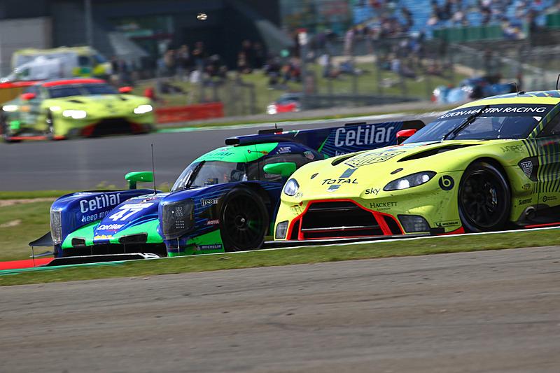 コーナーで並ぶCetilar Racingのダラーラ P217-Gibson 47号車とアストンマーティン Vantage AMR 97号車