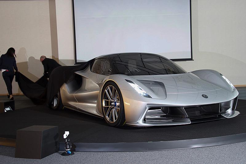 2000PS/1700NmのフルEV(電気自動車)ハイパーカーであるエヴァイヤがアンベール