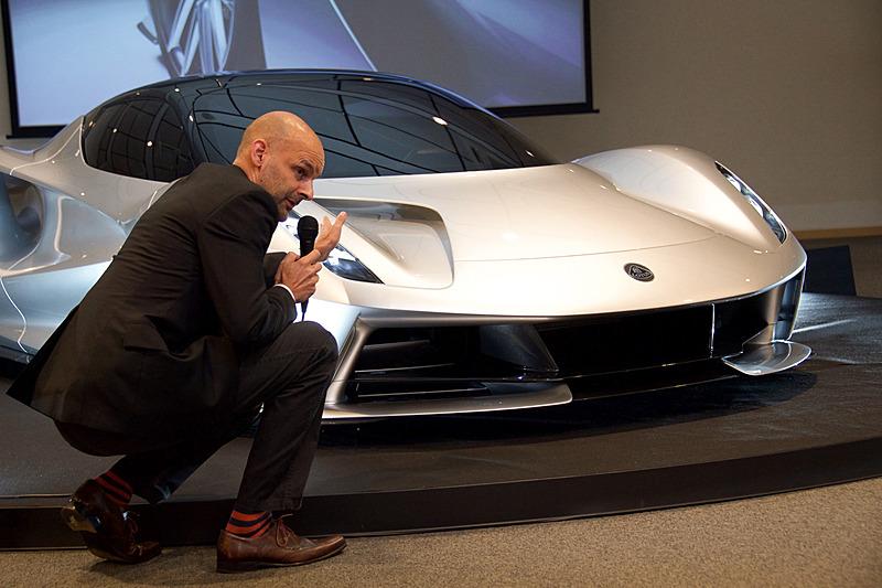 ハット氏は車両の各部を示しながらデザインについて解説