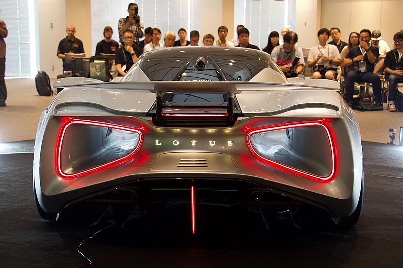 ジェット戦闘機のアフターバーナー(再燃焼装置)のような視覚効果を発揮する印象的なテールランプ