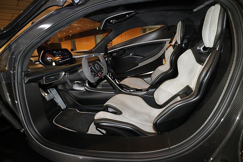 車内にはフルバケットタイプのシートを備える