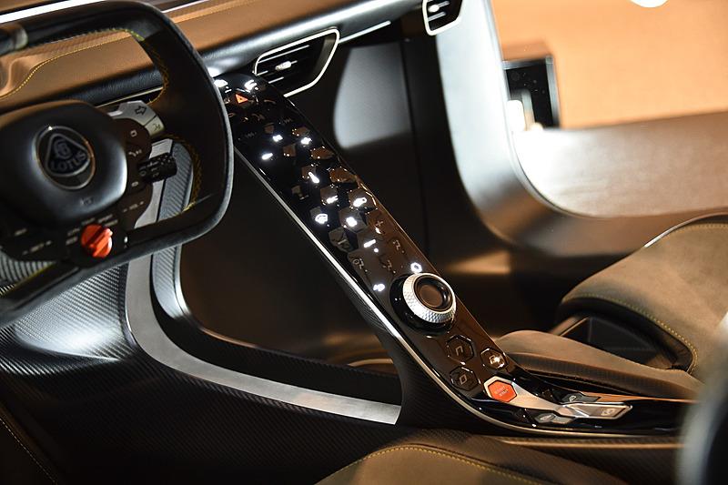 触覚フィードバック技術を用いたタッチ式ボタンを配置するセンターコンソールを採用