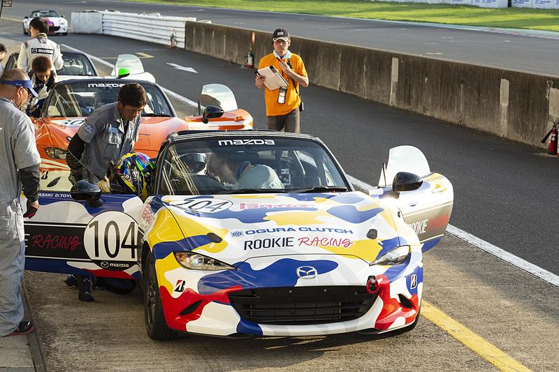 Car Watchチームの2つ隣のトヨタイムズもピットイン。ドライバーは豊田章男氏にスイッチ