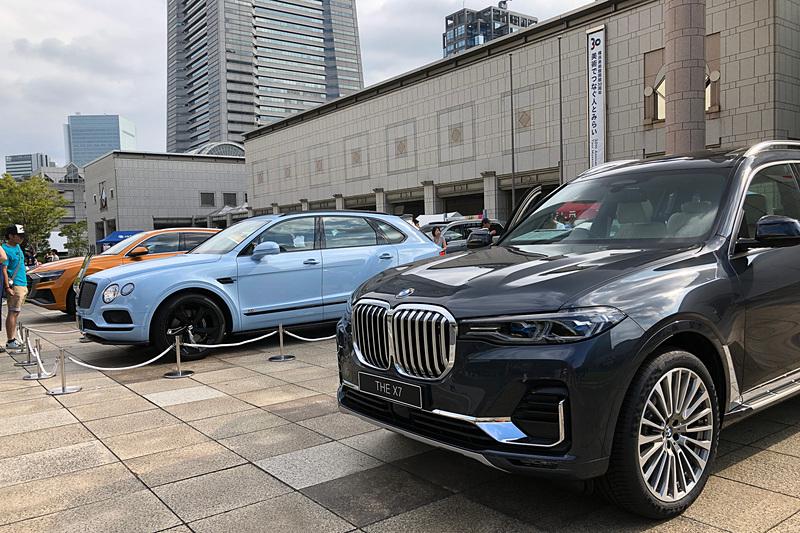 今回の目玉とも言えるのが、6月に発表されてようやく日本にも運ばれてきたという、BMWのフラグシップSUVとなる「X7」。BMWはSUVではなくSAV(スポーツ・アクティビティ・ビークル)と呼んでいますけどね。そして水色のボディカラーが気品溢れる隣のSUVはベントレー「ベンテイガ」。すでに12気筒モデルが販売されており、今回は追加されたばかりのV8モデルが出展されました。ドアが開くとスマートフォンを持った来場者たちがドド~ッと集まってきて、注目度の高さを感じましたよ~