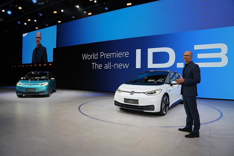 フォルクスワーゲン グループ CEO ヘルベルト・ディース氏(写真右)らが次世代EV「ID.3」について紹介