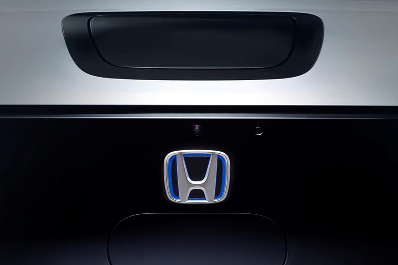 車両前方の車内から見える位置に充電ポートを設定