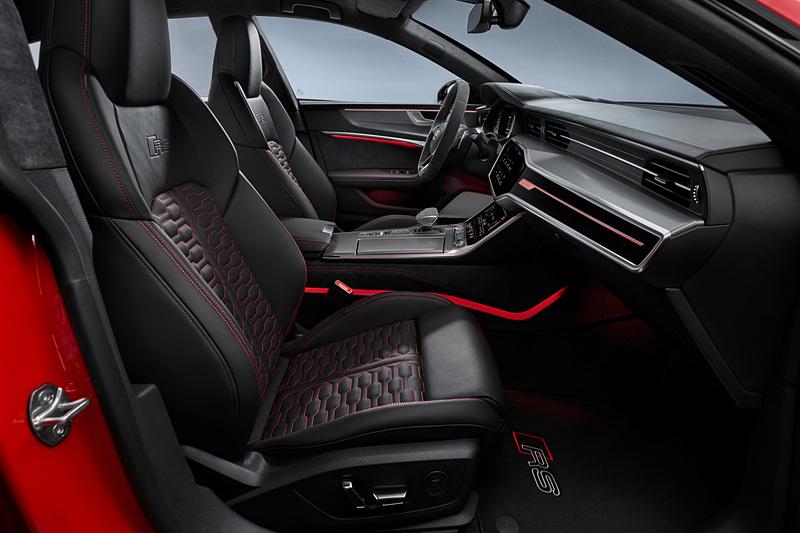 新型RS 7 スポーツバックのインテリア。フルデジタルメーターの「アウディバーチャルコックピット」を専用RSディスプレイとして装着し、ブラックパールナッパレザーを表皮に使用する「RSスポーツシート」を標準装備
