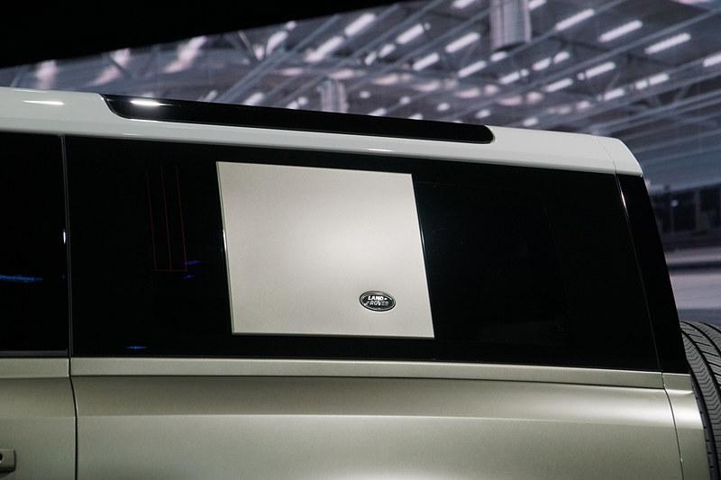 新型ディフェンダー「90」の後席。前列に3人掛けを設定して、90においてはコンパクトファミリーハッチバックの長さながら最大6名乗車を可能にする