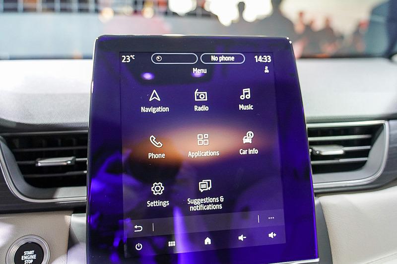 キャプチャーのセンターコンソールに用意されている車載情報システム。大きな10V型ディスプレイはまるでiPadのように利用できる