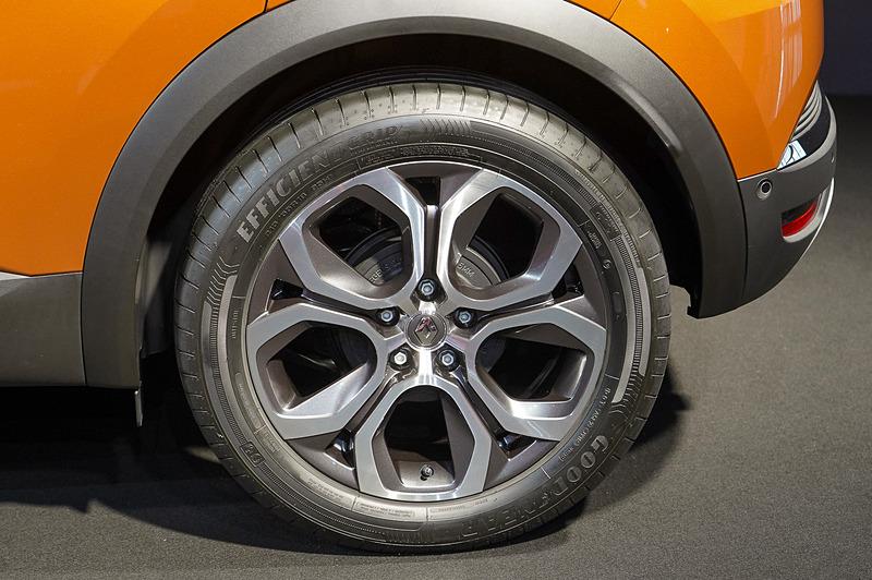 タイヤサイズは前後とも215/55R18