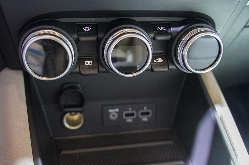 エアコンのスイッチはダイヤルタイプ。下に2つのUSBポートを用意する