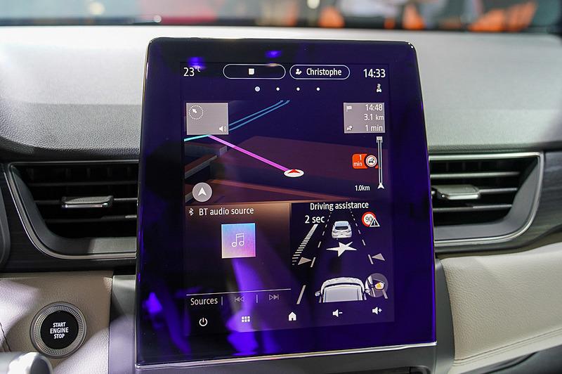 縦長の10V型ディスプレイを採用する車載情報システム。大きくて見やすい