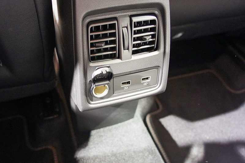 センターコンソール後方にリアシート用のUSBポートとエアコン吹き出し口を用意する