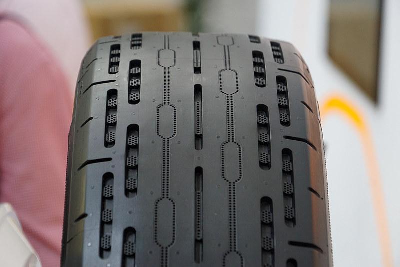 タイヤに組み込まれた監視システム「ContiSense」とWebベースのアプリケーション「ContiConnect Live」で、自動運転車などを運行する事業者のオペレーション効率化を目指す