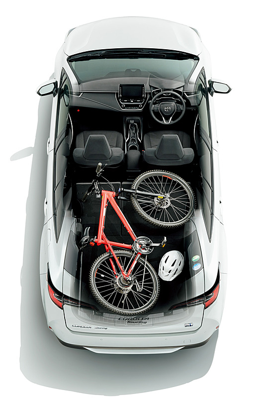カローラ ツーリングではラゲッジスペース側からも操作可能な6:4分割ワンタッチ格納リアシートを全車で採用