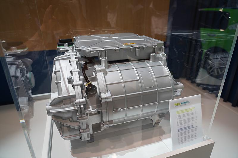ヴァレオがブースで展示したValeo Siemens eAutomotiveの「eDRIVE」。EV用のパワートレーンに必要なモーター、インバーターなどが1つにまとまっている