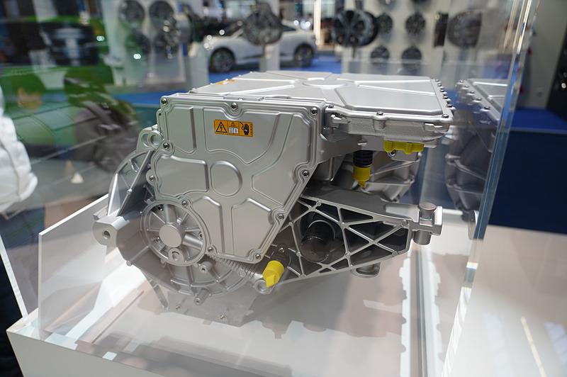 Valeo Siemens eAutomotiveのeDRIVE。400Vで300kWのピークパワー、0-100km/hは4秒の性能を持ち、CO2の排出はゼロ