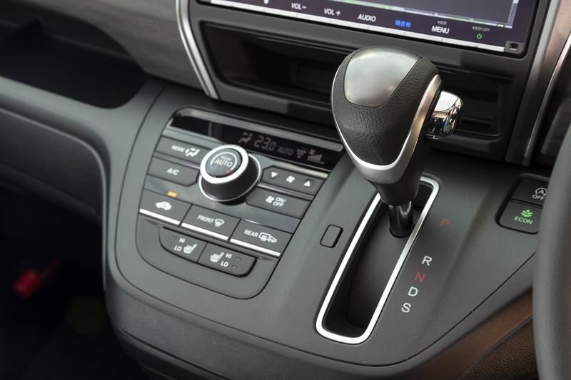ガソリン車のシフトまわり。細かいところでは「ECON」ボタンが色つきに変わっている