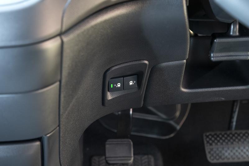オプションのハンズフリースライドドア用スイッチ。新たに左右対応となった