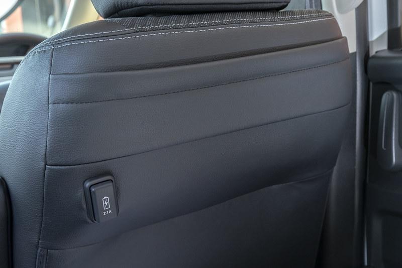 シート背面に充電用USB端子を装備
