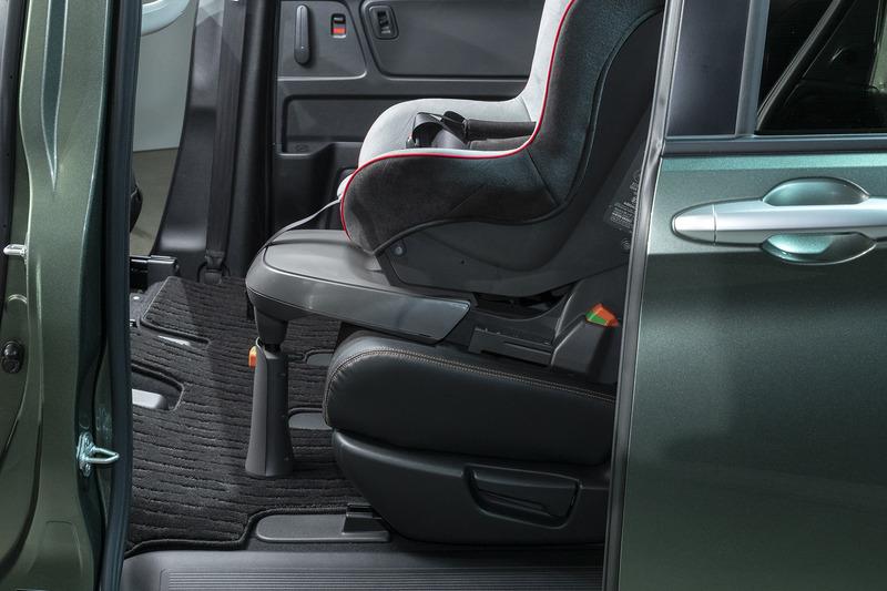 足つきのチャイルドシート装着用にフロアが補強された